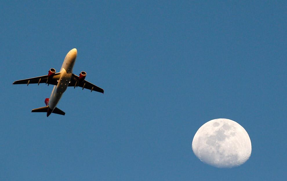 Луна над Международным аэропортом Лос-Анджелеса