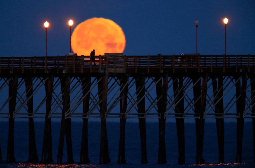 Кроваво-красная Луна на побережье в Калифорнии
