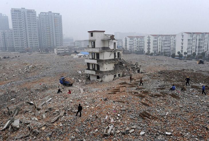 Вот, например, дом-гвоздь в провинции Аньхой, Китай