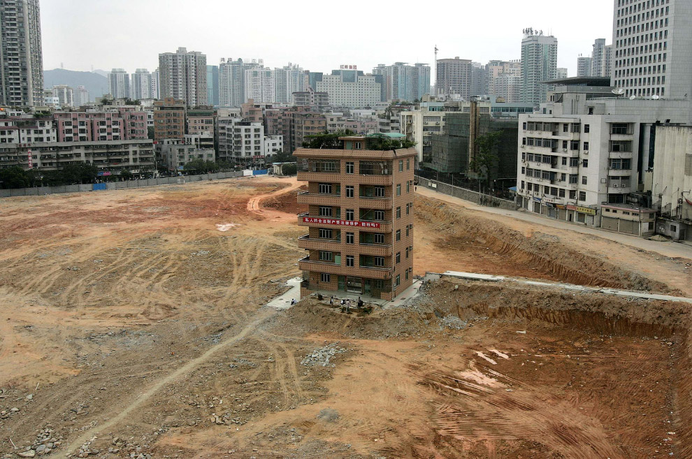 Шестиповерховий будинок на будівельному майданчику майбутнього фінансового центру в центральному районі міста Шеньчжень