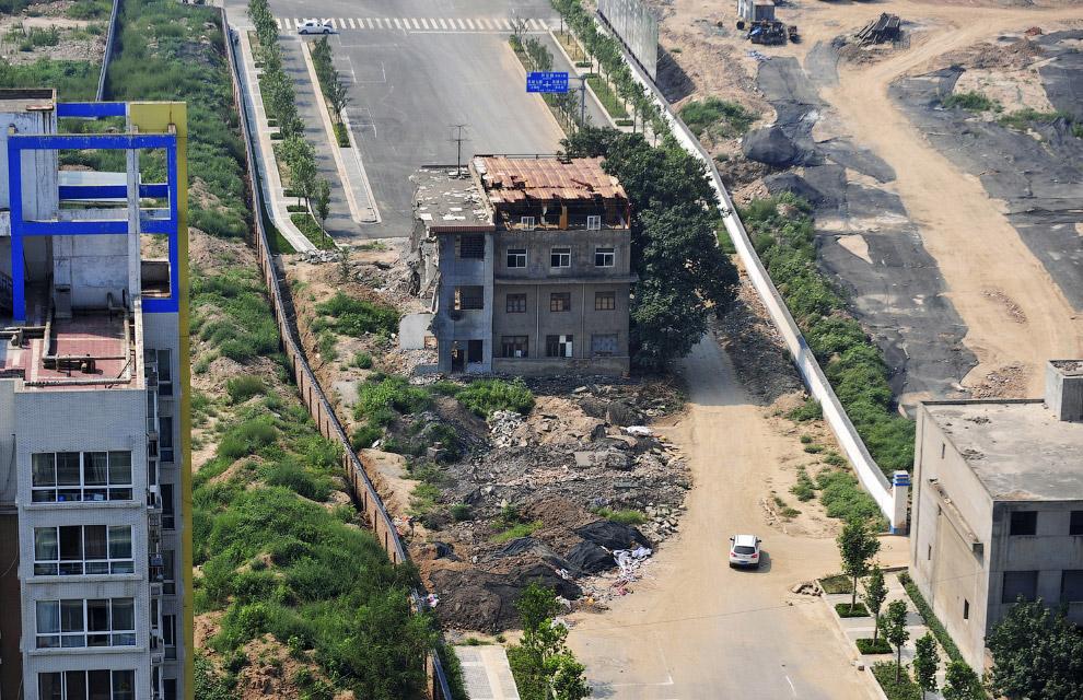 А вот дом-гвоздь посреди шоссе, город Сиань