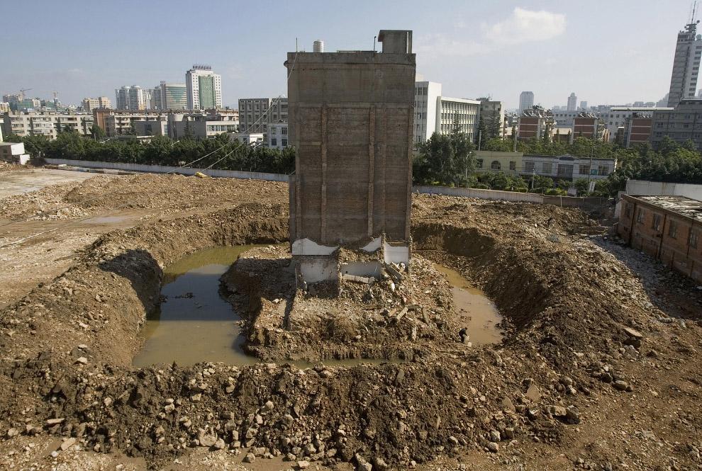 Дом-гвоздь на строительной площадке в провинции Юньнань