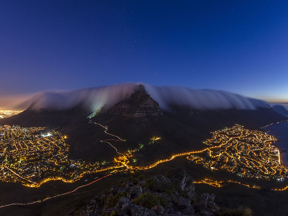 Ночь, Столовая гора, «одеяло» из облаков и КейптаунНочь, Столовая гора, «одеяло» из облаков и Кейптаун