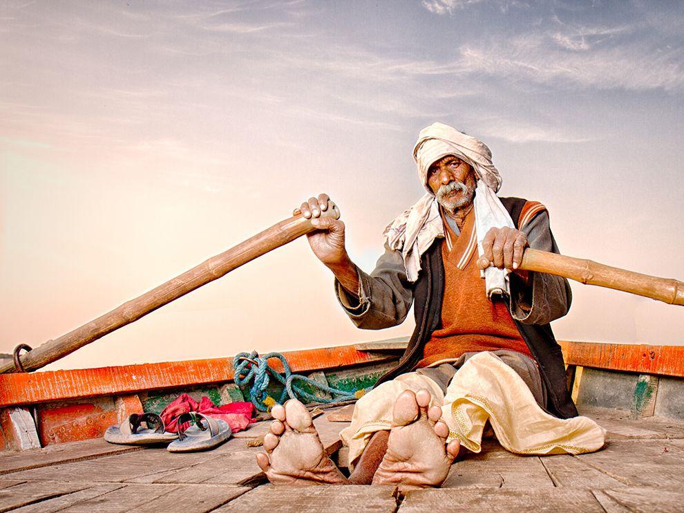 Лодочник на реке Ямуна, Индия.