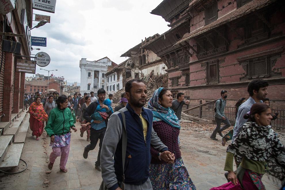 Жители Катманду идут во временные приюты