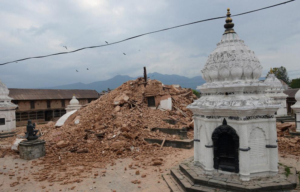 Рухнувший храм в Катманду