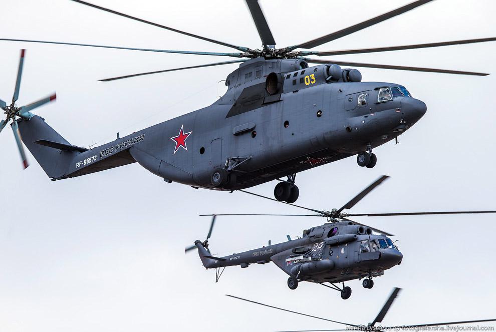 Ми-26 в окружении четырех Ми-8, за ними еще пятерка Ми-8