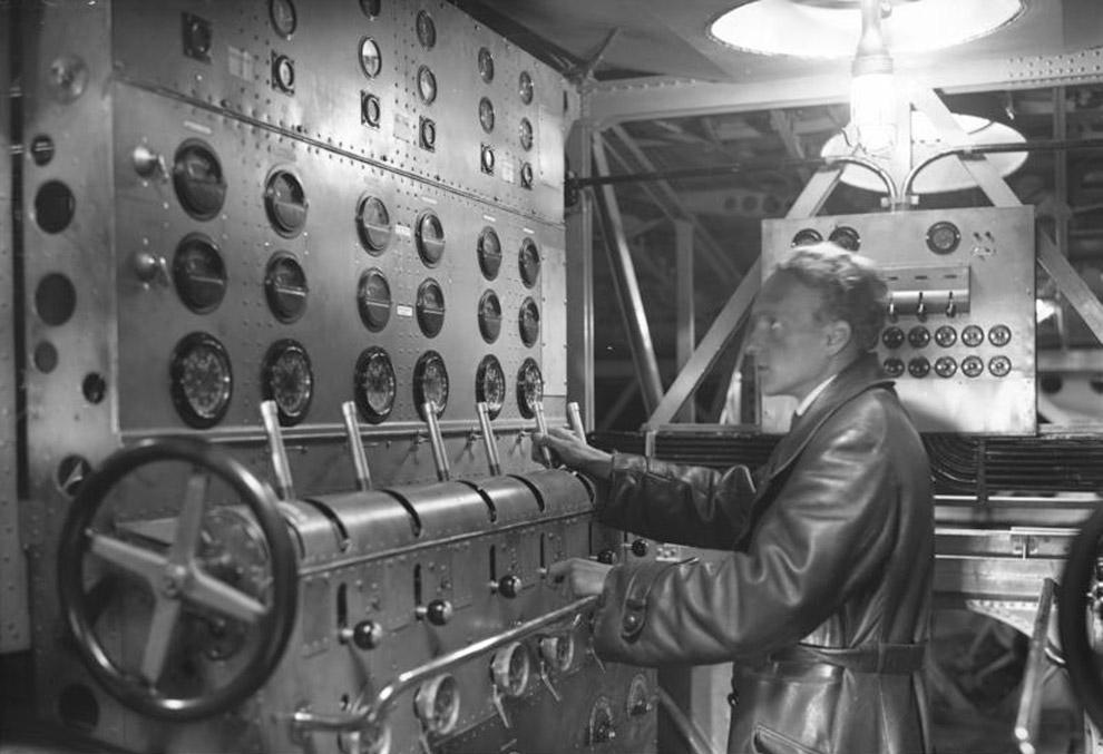 Бортинженер управляет двенадцатью двигателями самолёта