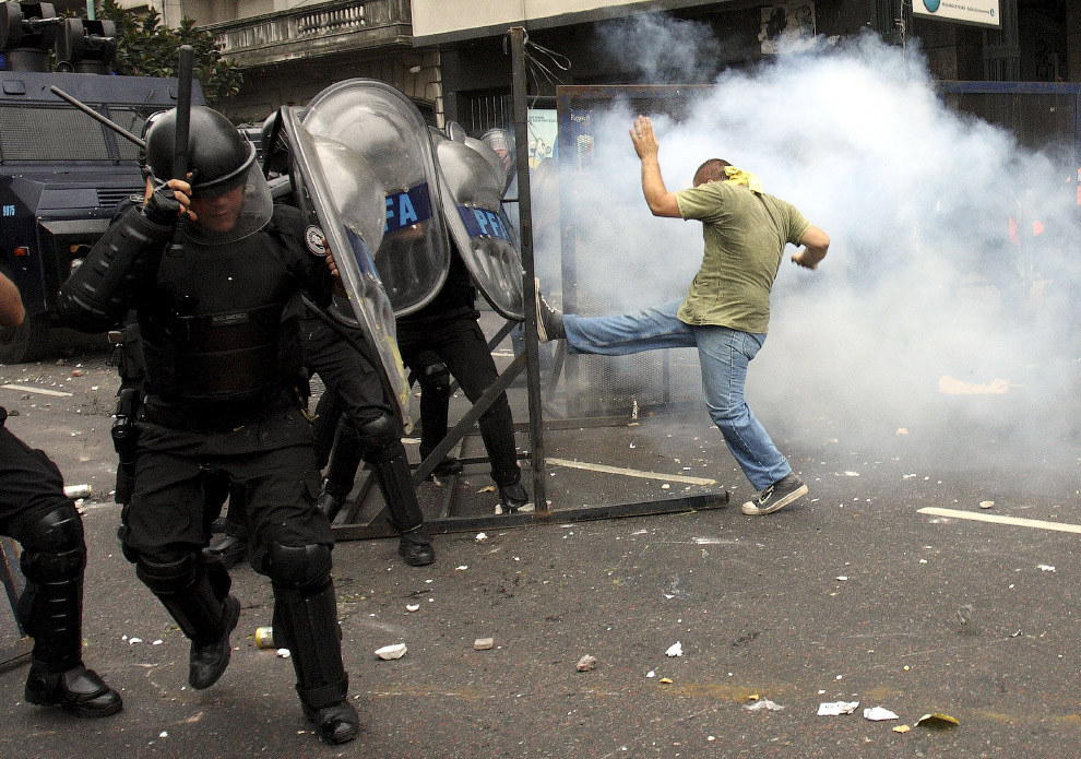 Студенты в Буэнос-Айресе разбушевались во время выборов нового ректора университета