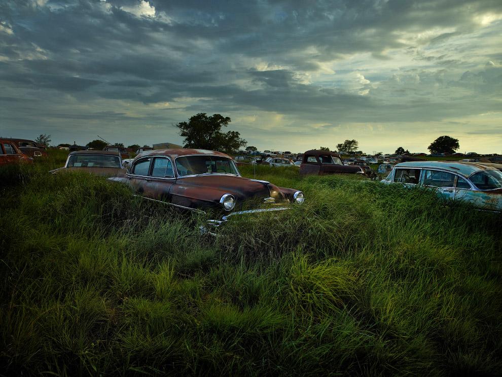 Кладбище машин в полях штата Оклахома