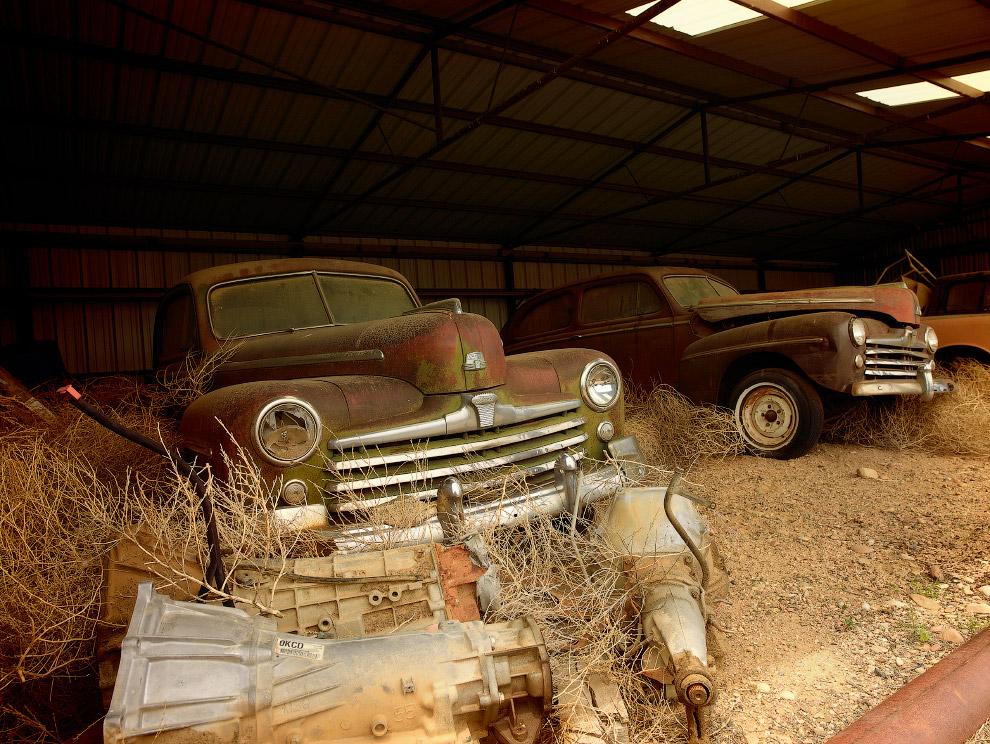 Два старых автомобиля в сарае в штате Аризона