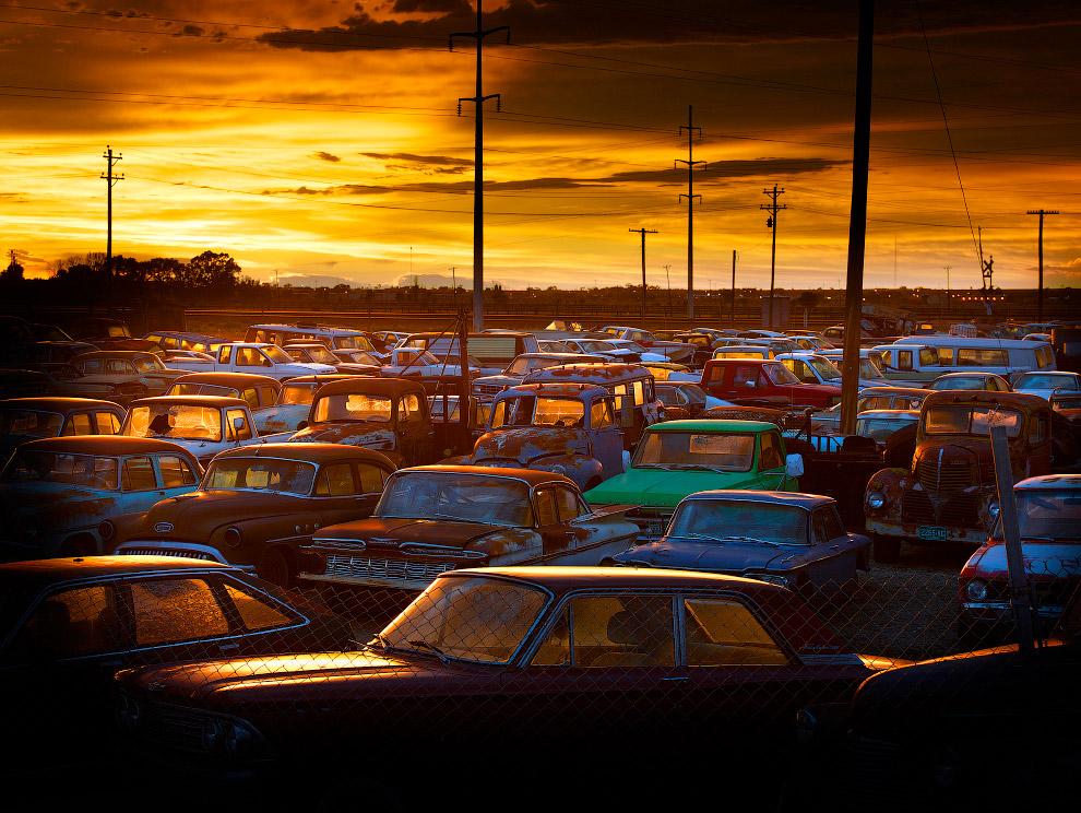 Кладбище машин в штате Колорадо на закате