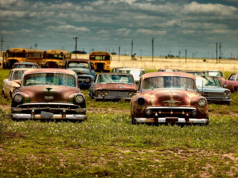 Заброшенные автомобили и школьные автобусы в штате Техас