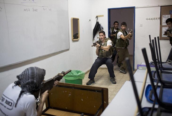 Израильские старшеклассники в частном учебном военном заведении