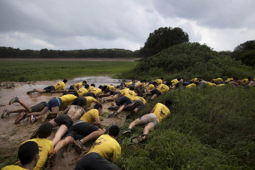 Тренировочное поле. Ползание в грязи, согласно программе