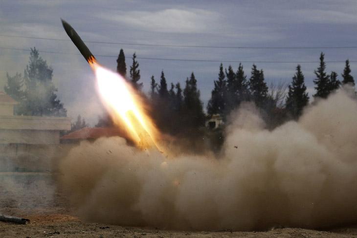 Бойцы Армии ислама запускают ракету по силам президента Сирии Башара аль-Асада