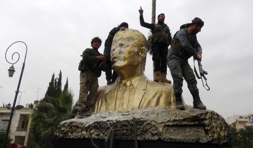 В Идлибе повстанцы разбили статую покойного президента Хафеза Эль-Асада