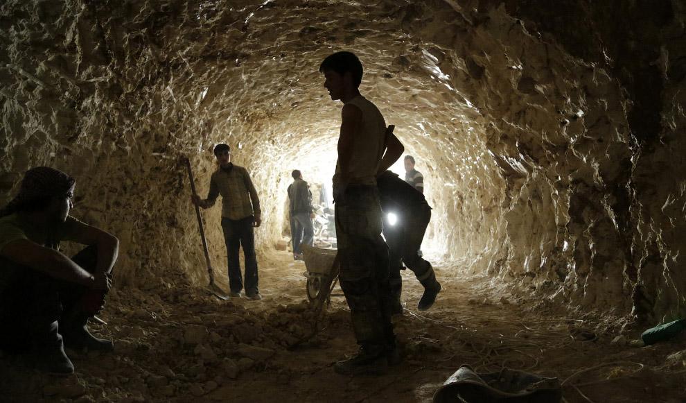 Строительство бомбоубежища в северной деревне Хама