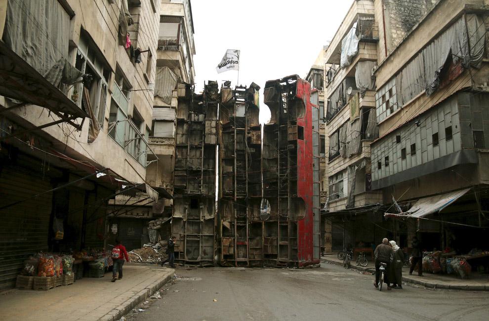 Баррикады на улицах Алеппо для защиты от снайперов