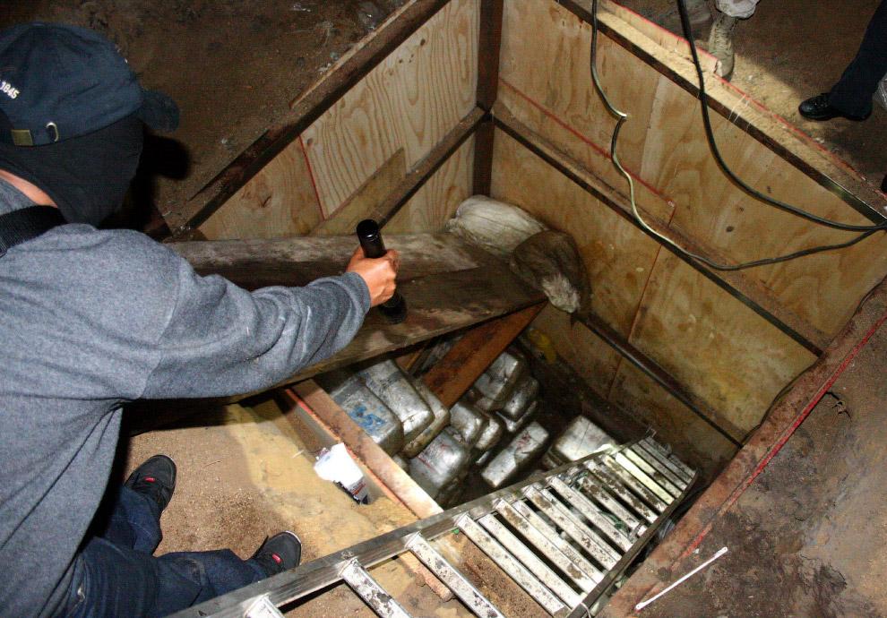 Пакеты с марихуаной в обнаруженном подземном тоннеле под границей Мексика-США