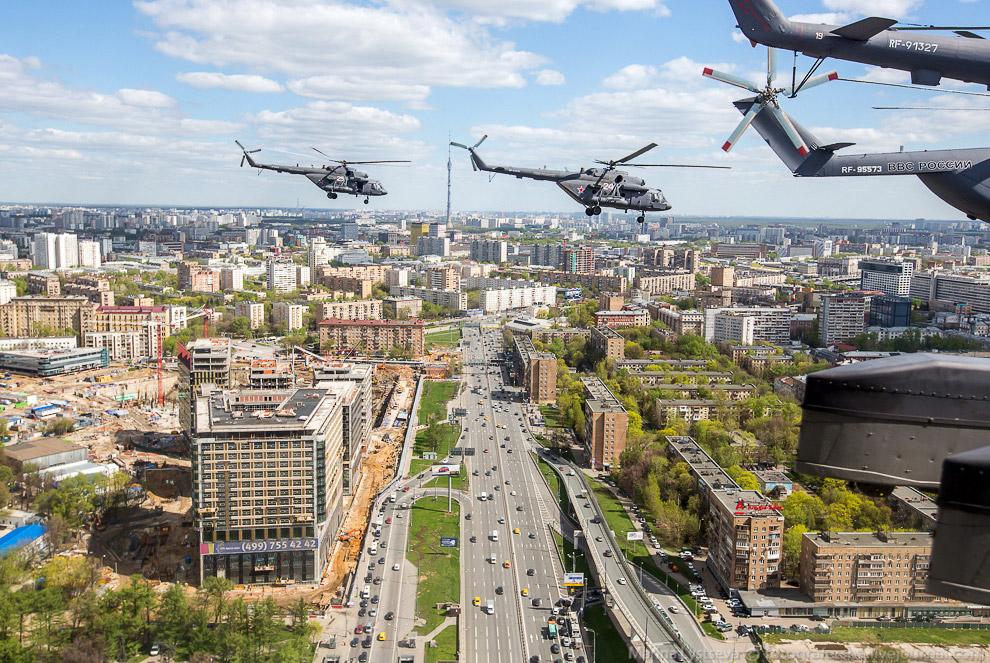 Су-25 и МиГ-29 формируют в небе цифру «70»