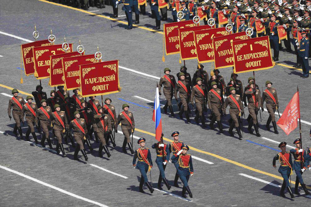 Историческую часть парада Победы на Красной площади открыли знаменные группы со штандартами 10 фронтов заключительного этапа Великой Отечественной войны
