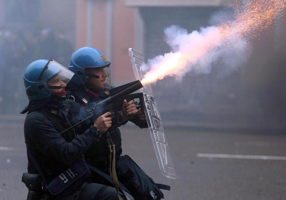 Полицейские применяют слезоточивый газ для разгона хулиганов, Милан
