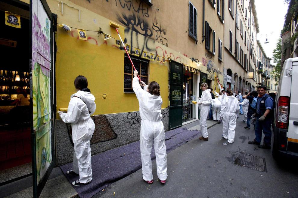 Уборка улиц после беспорядков в Милане