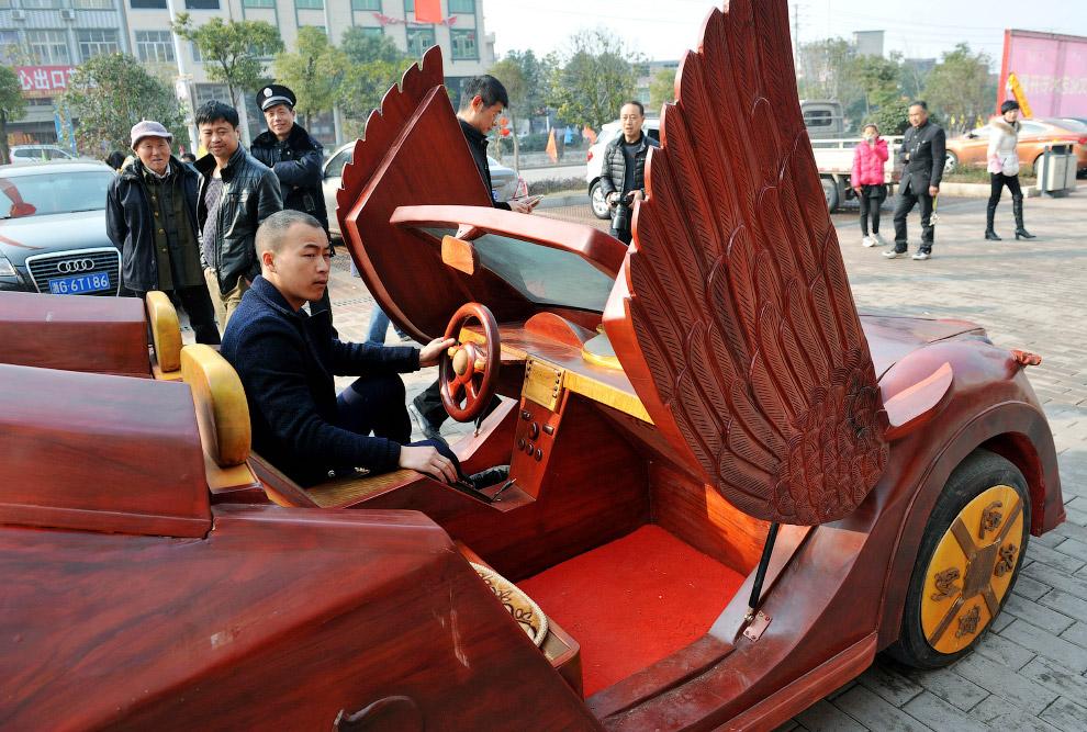 26-летний резчик по дереву сделал сделал деревянный автомобиль