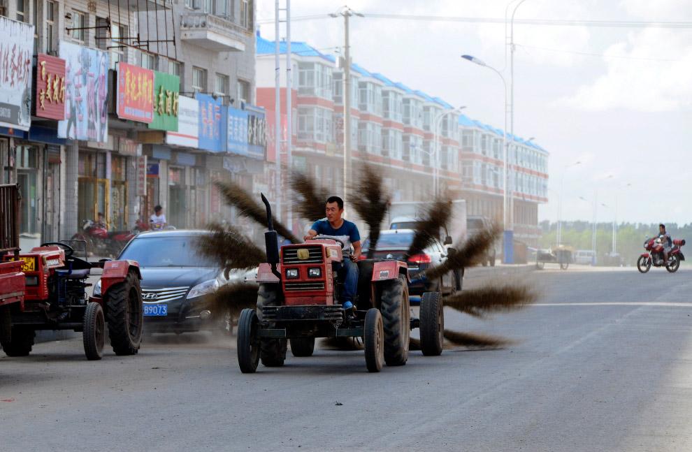 Автомобиль — мечта городских служб или трактор с вращающимися метлами