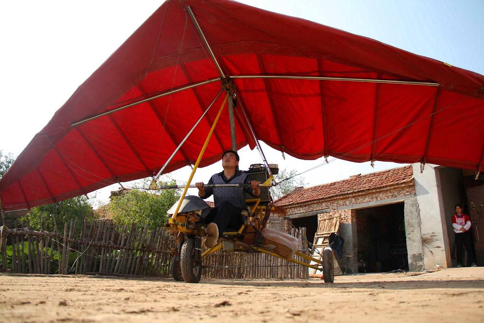 Самодельным дельтапланом в Китае вообще никого не удивишь
