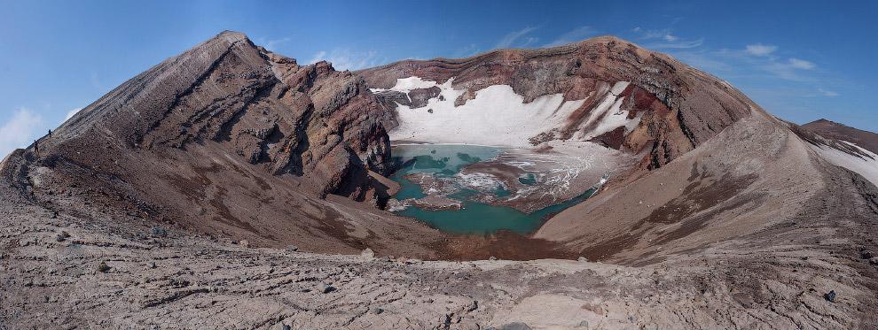 Первый кратер вулкана Горелый с пресным озером