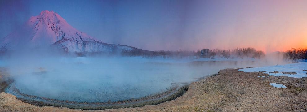 Одно из уникальных мест Камчатки: горячая река около вулкана Ходутка