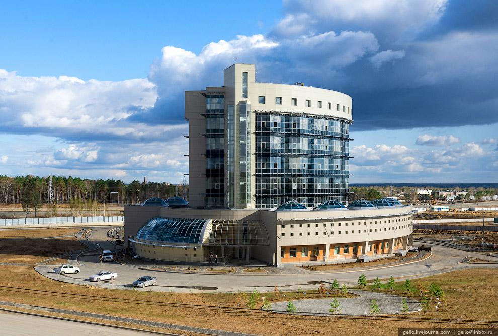 «Шайба». Сейчас здесь расположен оперативный штаб строительства, а в перспективе это здание станет «мозговым центром космодрома».