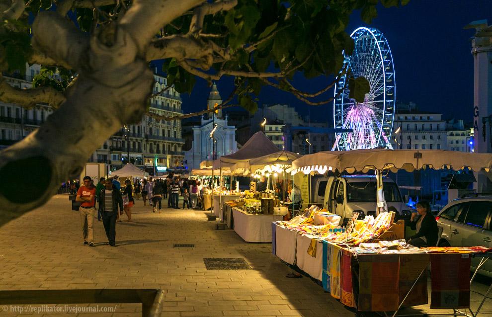 На набережной порта вечерами выкладывают свои товары уличные торговцы.