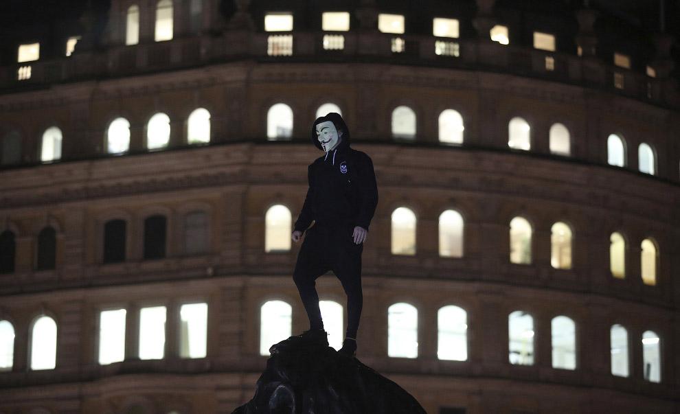 Протестующий на Трафальгарской площади в центре Лондона