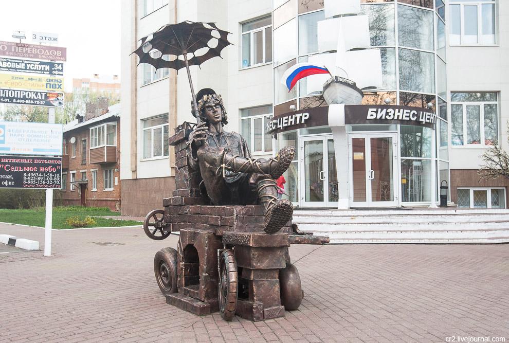 Смешной памятник Емеле в центре города