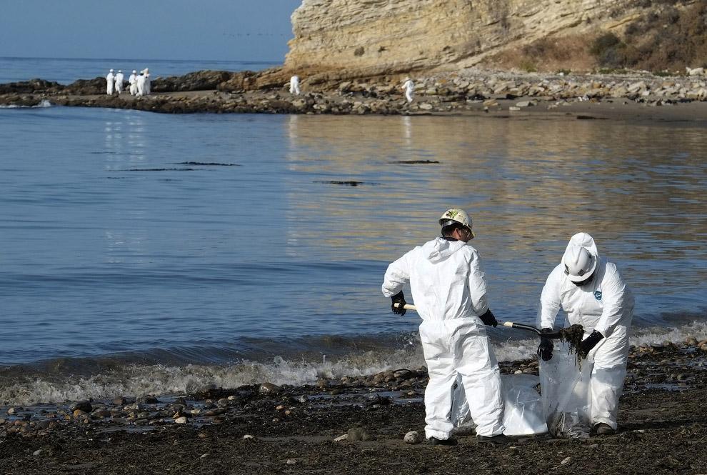 Рабочие собирают нефть в мешки