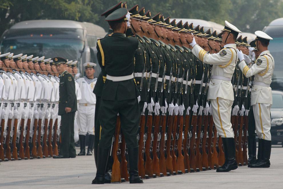 Почетный караул готовится к встрече президента Афганистана, Пекин