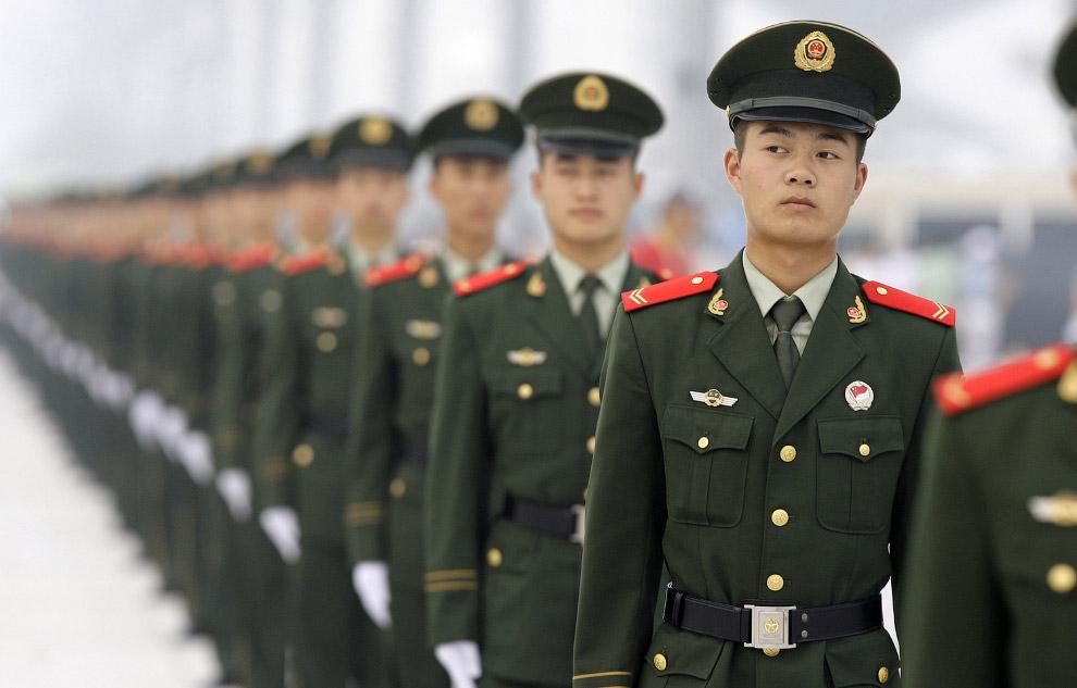 Полицейские возле стадиона во время церемонии открытия Олимпийских игр в Пекине