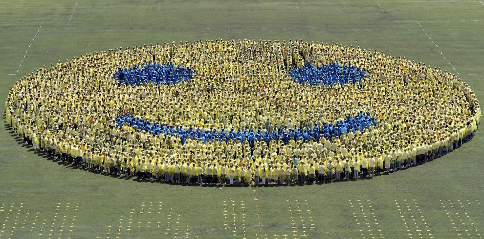 3 110 студентов пытаются создать самый большой в мире живой смайлик