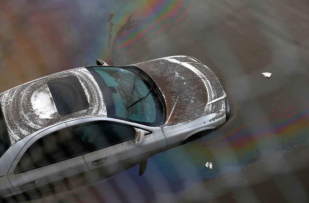 Таинственные знаки оставила стихия на машине в Хьюстоне