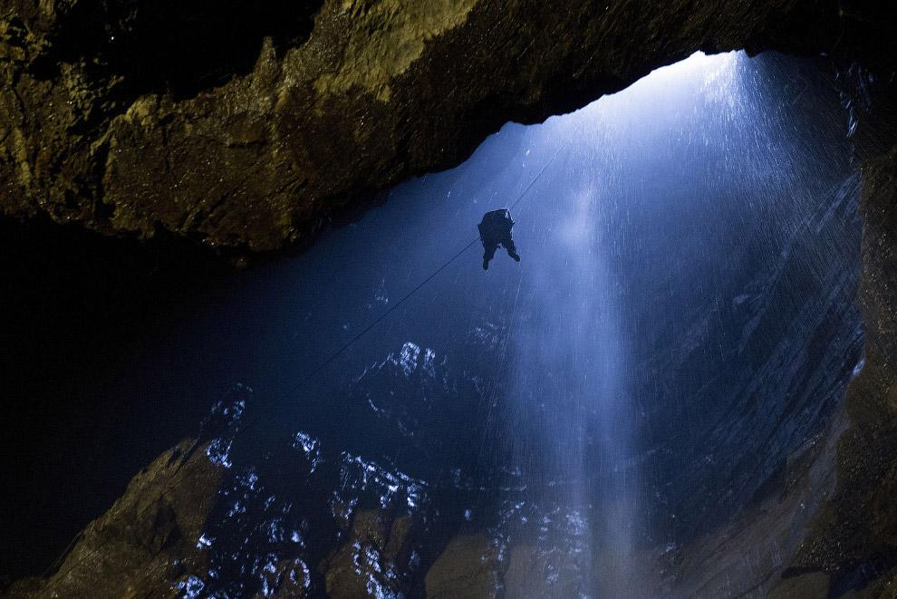 Это вход в Gaping Gill – одну из самых больших и сложных систем пещер в Великобритании