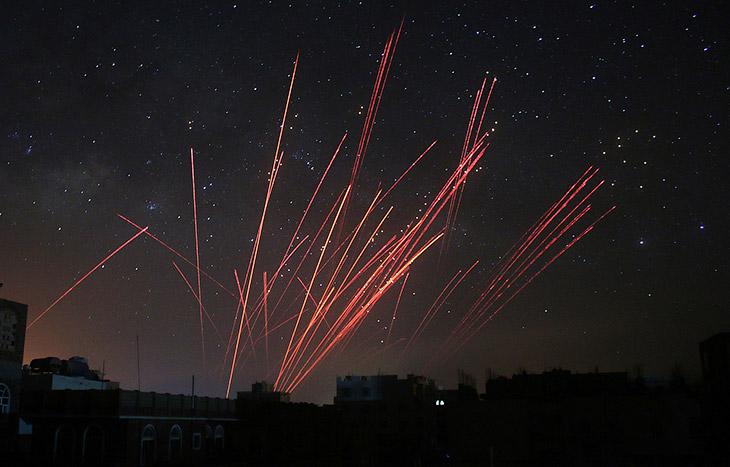 Это Саудовская Аравия наносит авиаудары и работают средства противовоздушной обороны