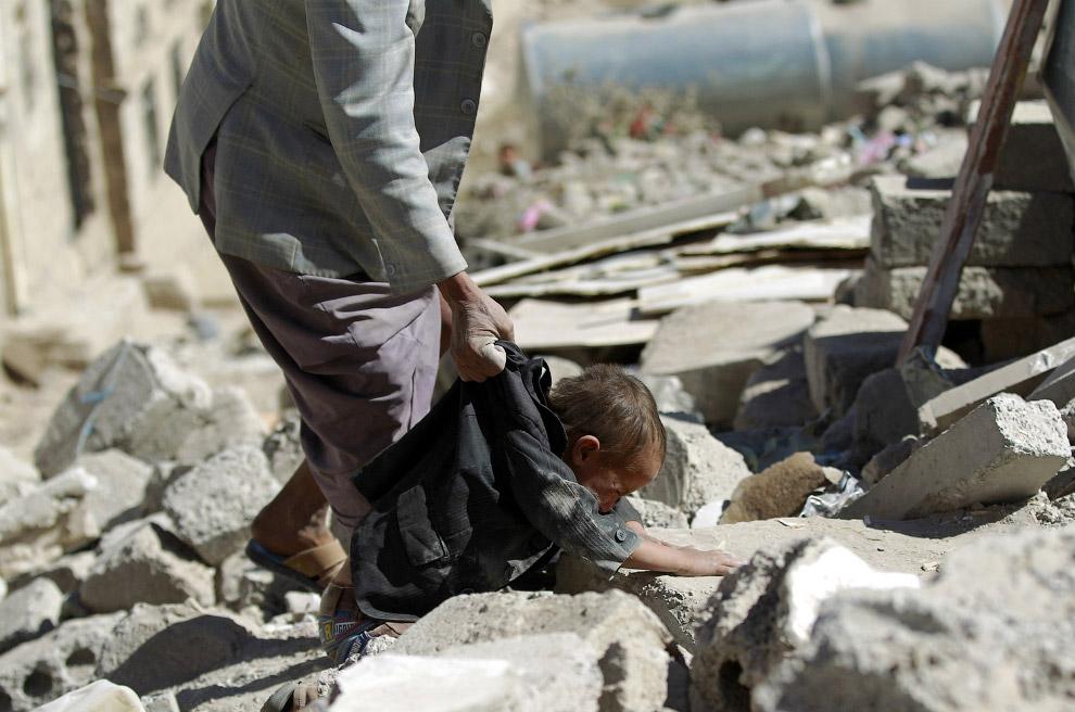 Нашли выжившего под завалами дома после авиаудара в Сане