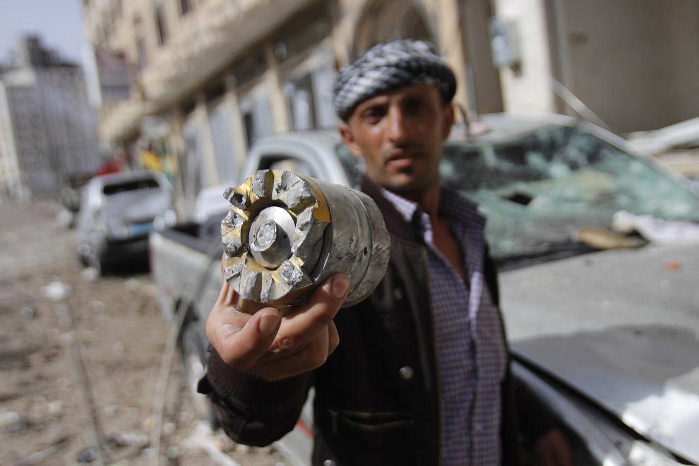 Фрагмент снаряда после очередного авиаудара Саудовской Аравии по Йемену