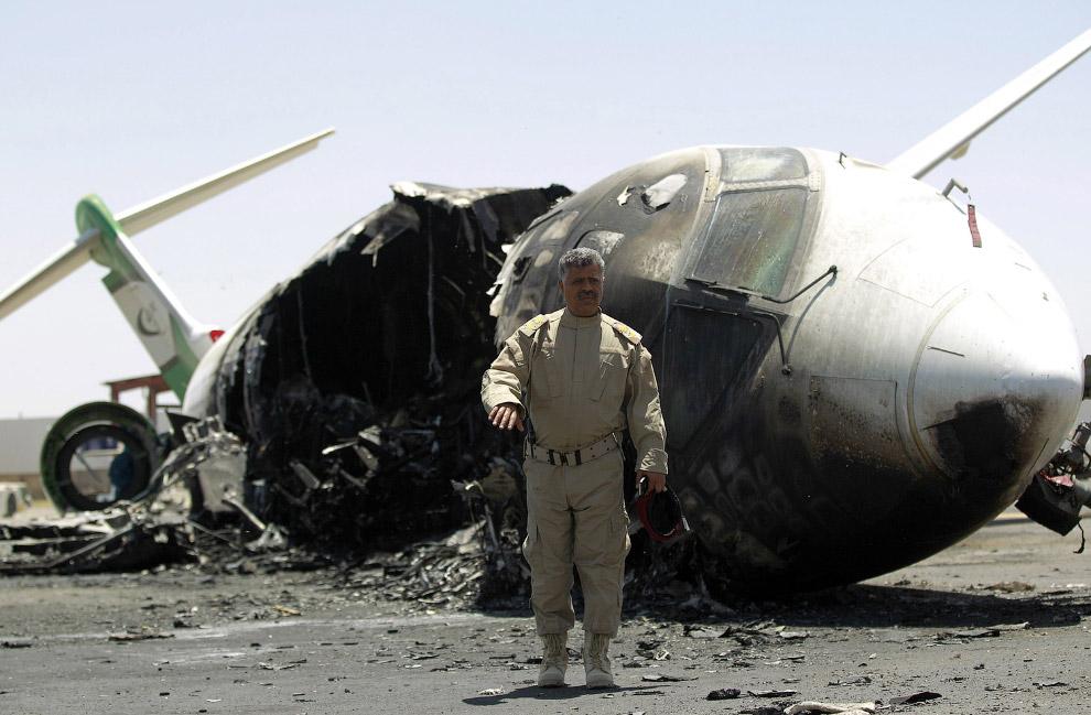 Результат авиаудара в международном аэропорту столицы Йемена Сане