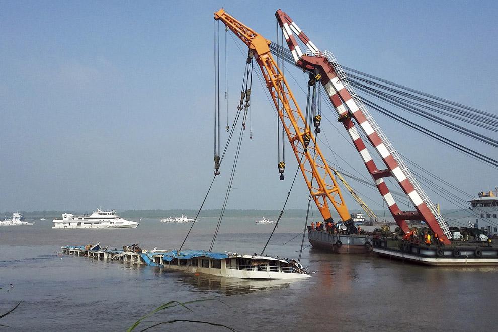 Подъем и переворачивание лайнера «Звезда Востока»