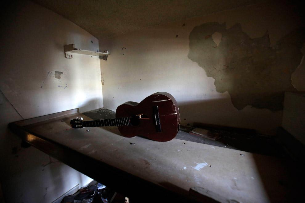 Сломанная гитара, оставленная заключенными при переезде