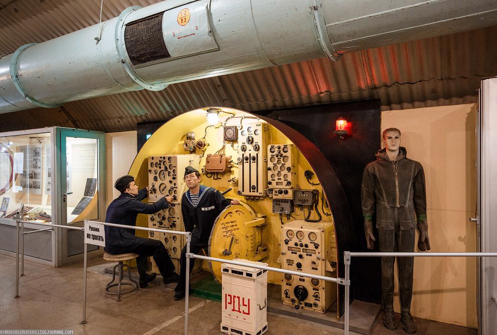 Экспозиция про подводный флот. Пульт управления подводной лодкой